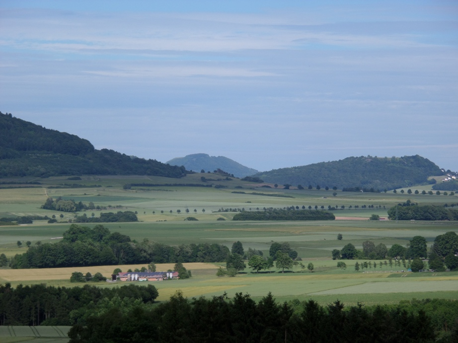 Links: Ausläufer des Isthaer Berges  -  Rechts: Burghasunger Berg  -  Im Hintergrund: Hoher Dörnberg